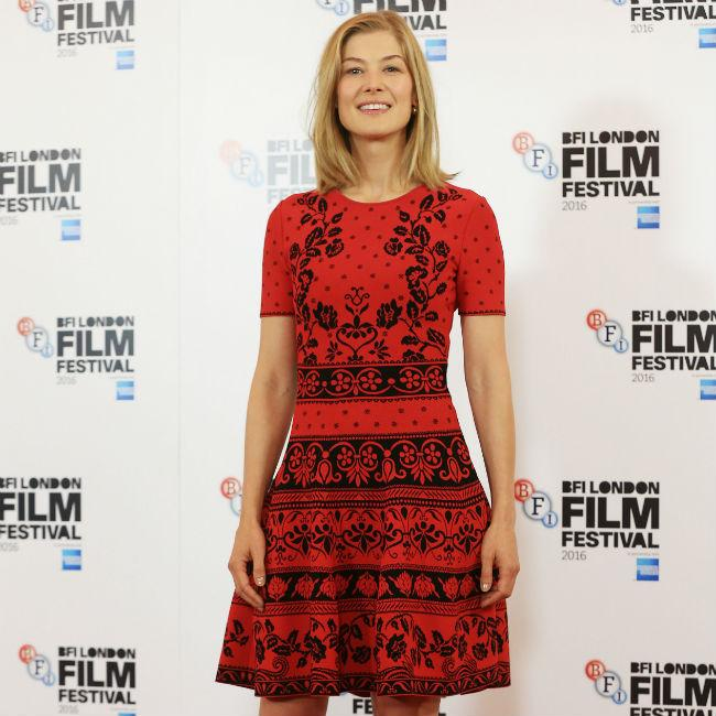 Rosamund Pike to play war reporter Marie Colvin in bipoic